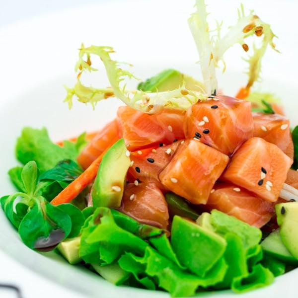 Salade de tartare de saumon aux crudités et avocat